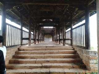富川瑶族风雨桥(廻澜风雨桥)简介:廻澜风雨桥,始于明万历三十年(1602年)明崇祯十四年(1641年)因山洪路沉桥倾进行重修,南明隆武二年五月(1646年6月)建以石栏,清朝道光二十五年(1845年)
