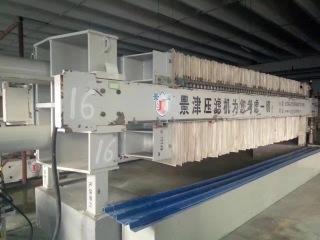 压滤机利用一种特殊的过滤介质,对对象施加一定的压力,使得液体渗析出来的一种机械设备,是一种常用的固液分离设备。在18世纪初就应用于化工生产,至今仍广泛应用于化工、制药、冶金、染料、食品、酿造、陶瓷以及环保等行业。 过滤板具有性能稳定、操作方便、安全、省力;金属榨筒由无缝钢管加工、塑钢滤板精铸成型,耐高温、高压,经久耐用。