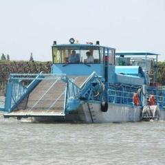 浮萍收割船