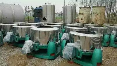 离心机是利用离心力,分离液体与固体颗粒或液体与液体的混合物中各组分的机械。离心机主要用于将悬浮液中的固体颗粒与液体分开,或将乳浊液中两种密度不同,又互不相溶的液体分开(例如从牛奶中分离出奶油);它也可用于排除湿固体中的液体,例如用洗衣机甩干湿衣服;特殊的超速管式分离机还可分离不同密度的气体混合物;利用不同密度或粒度的固体颗粒在液体中沉降速度不同的特点,有的沉降离心机还可对固体颗粒按密度或粒度进行分级。