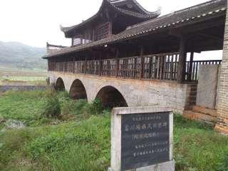 富川瑶族风雨桥(廻澜风雨桥)简介:廻澜风雨桥,始于明万历三十年(1602年)明崇祯十四年(1641年)因山洪路沉桥倾进行重修,南明隆武二年五月(1646年6月)建以石栏,清朝道光二十五年(1845年